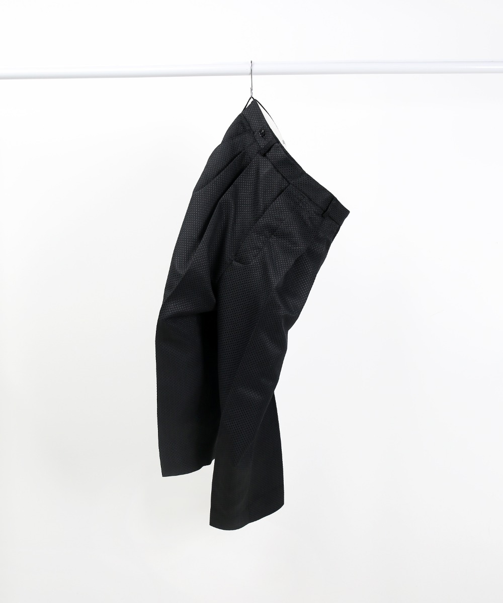 [DISTANCE] BLACK SILK JACQUARD TWO-TUCK WIDE TAPERD PANTS