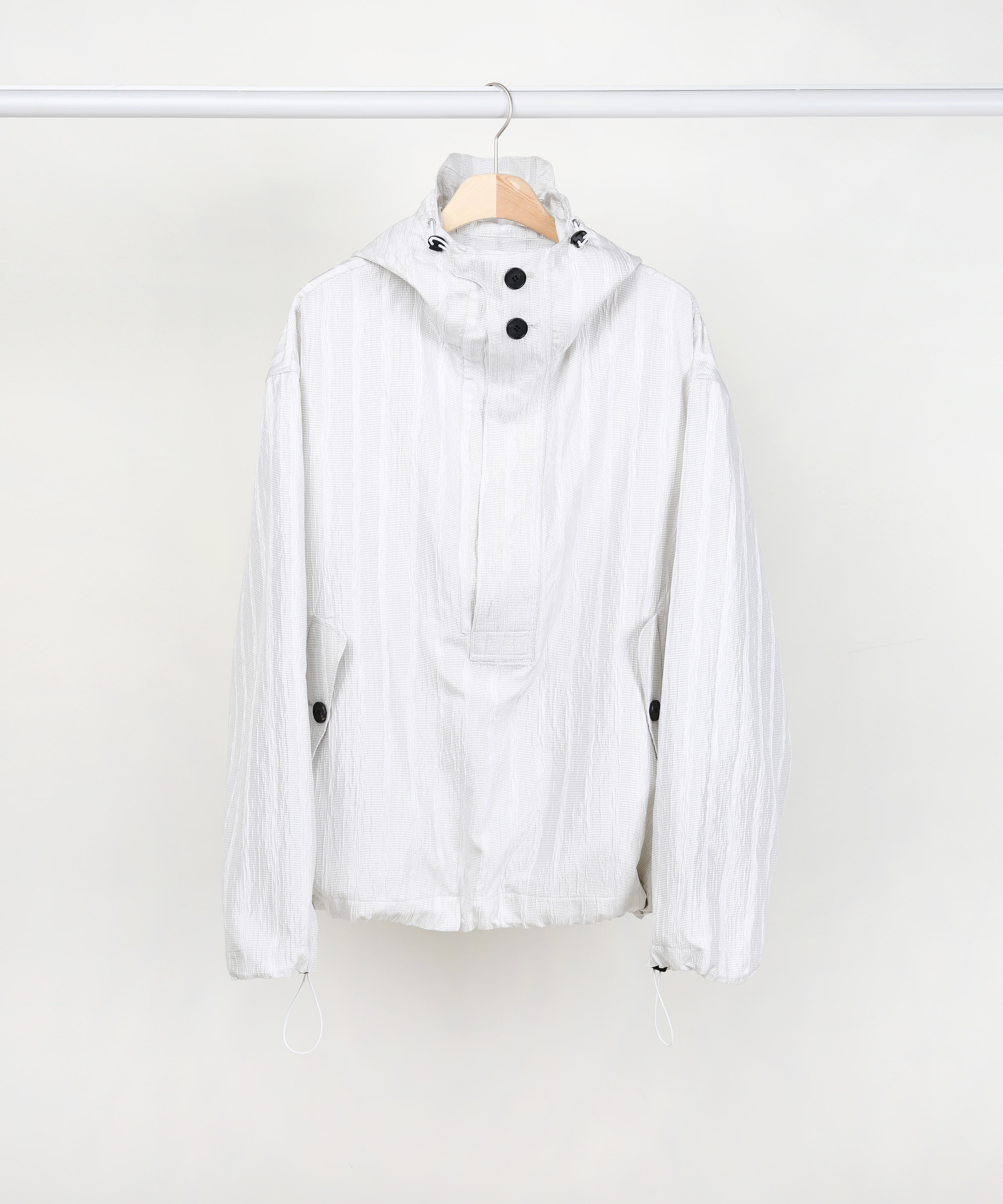 [DISTANCE] WHITE SILK STRIPE OVERSIZED ANORAK PULLOVER JACKET.01