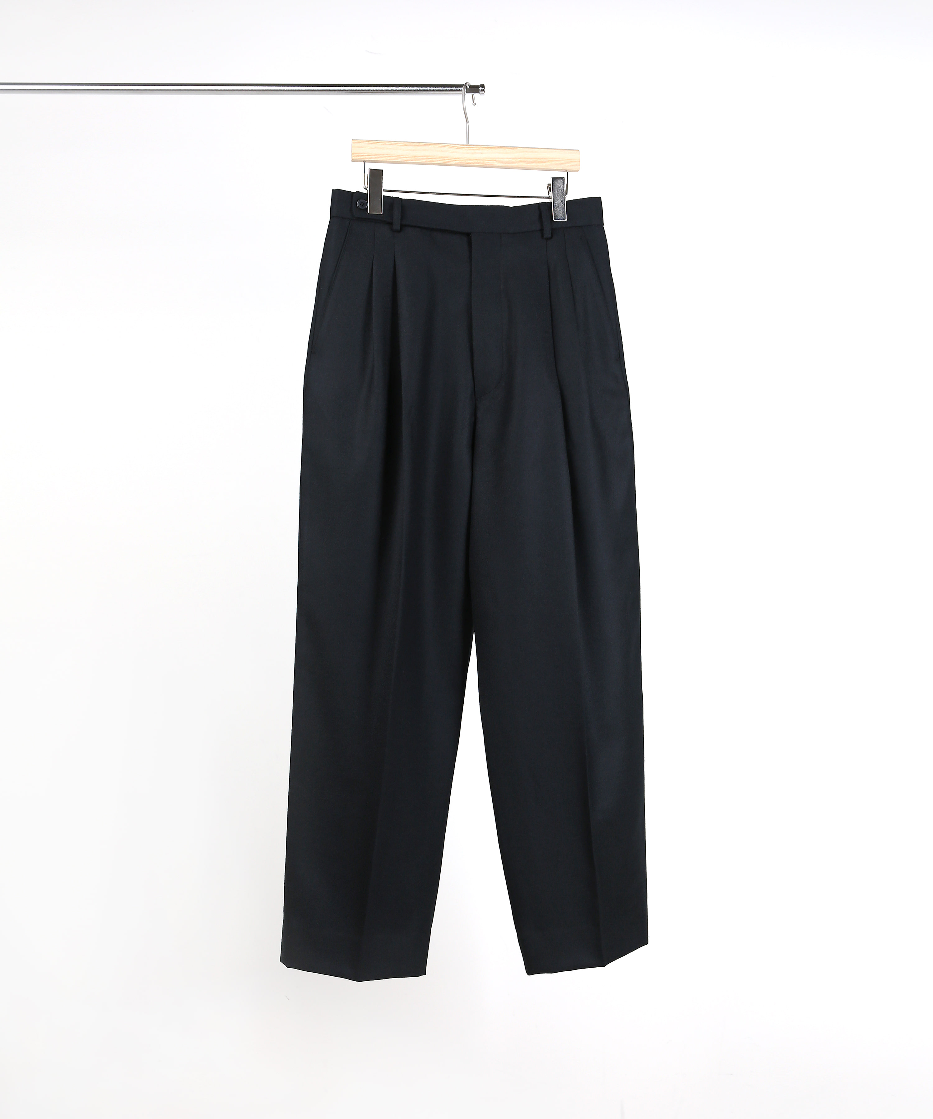 BLACK TWO-TUCK WIDE PANTS 01