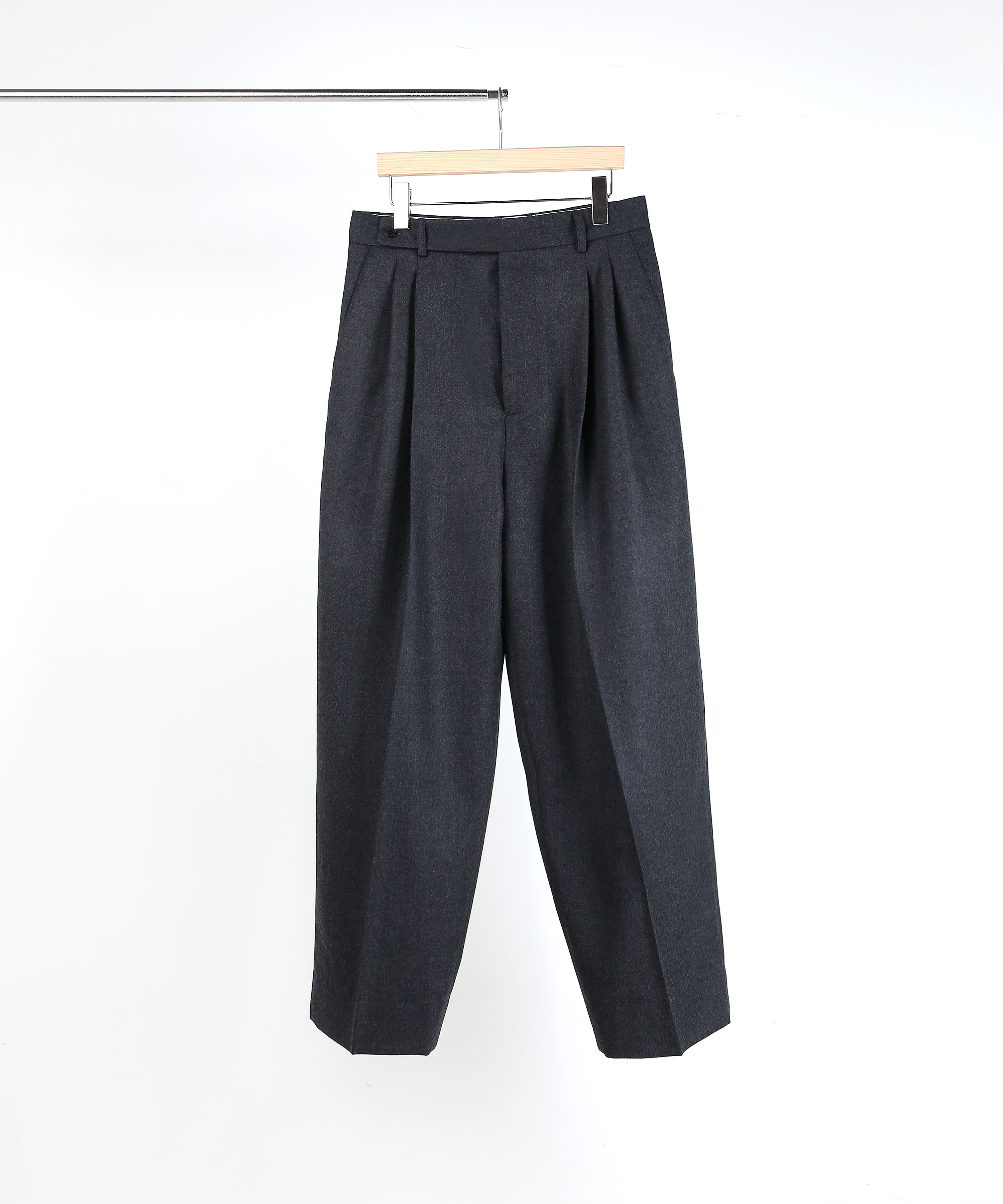 CHARCOAL TWO-TUCK WIDE PANTS 01